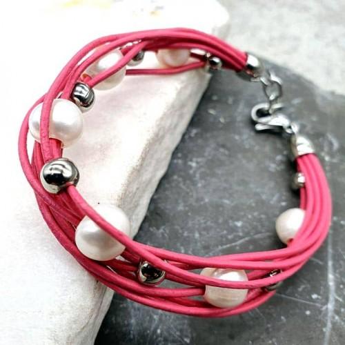Женский браслет из натуральной кожи розового цвета с жемчугом