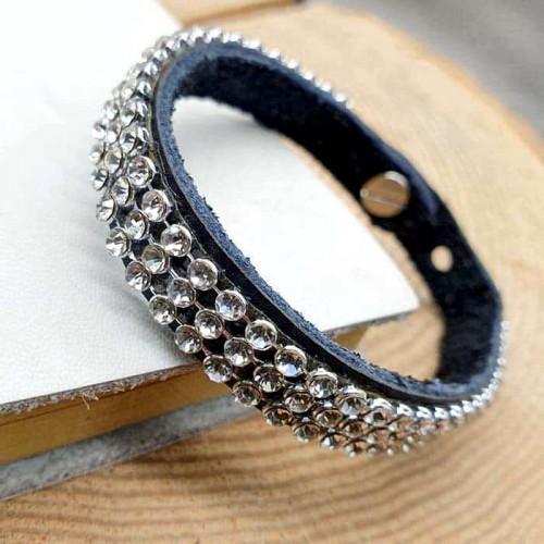 Женский браслет-напульсник из черной кожи с белыми кристаллами