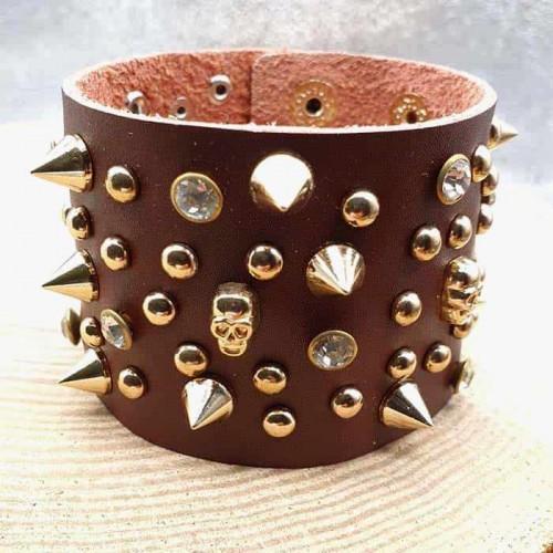 Кожаный браслет с черепами и шипами коричневого цвета