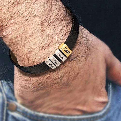 Кожаный браслет с именными бусинами под гравировку в трех цветах