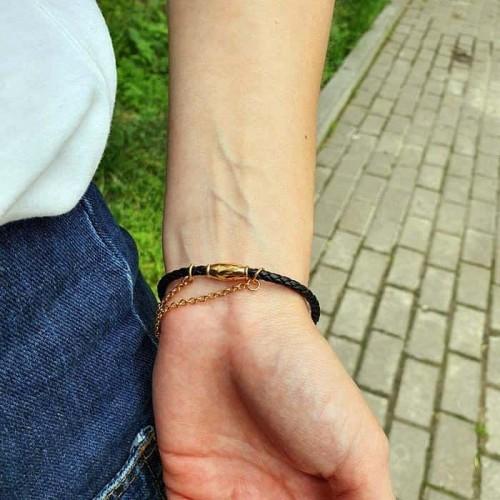 Женский браслет из плетеной кожи черного цвета и вставок с кристаллами циркония