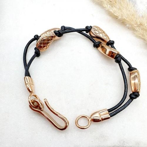 Браслет из кожаных шнуров и стальными элементами декора