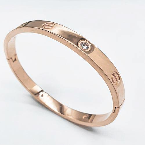 Браслет-обруч на руку из стали с циркониями PVD покрытие розового цвета