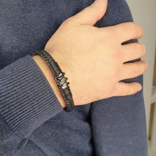 Плетеный браслет из натуральной кожи с эффектным рельефом из стали