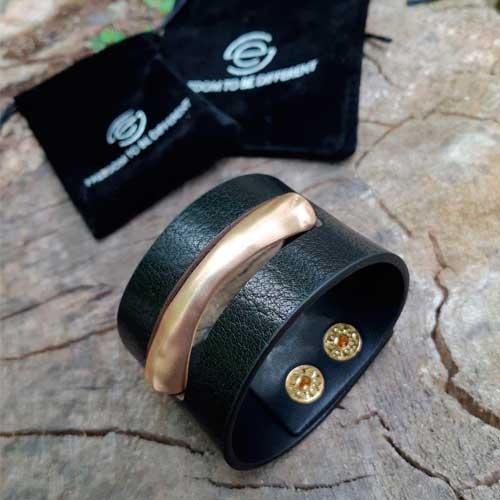 Широкий женский браслет-напульсник из экокожи с золотистой металлической вставкой