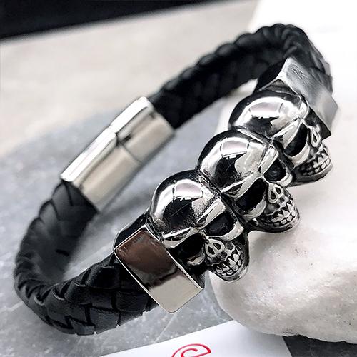 Мужской браслет из плетеной кожи со стальной вставкой Три черепа