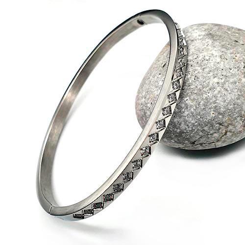 Браслет жесткий медицинская сталь с дорожкой из кристаллов кубического циркония