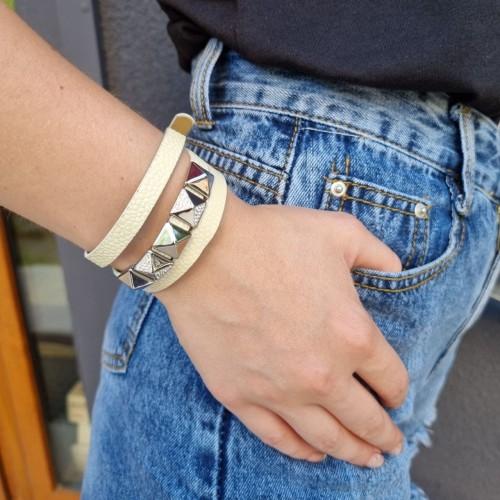Белый браслет из натуральной кожи на три оборота с декором из медицинской стали