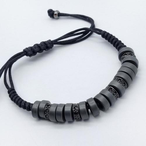 Браслет из черных текстильных шнуров с бусинами