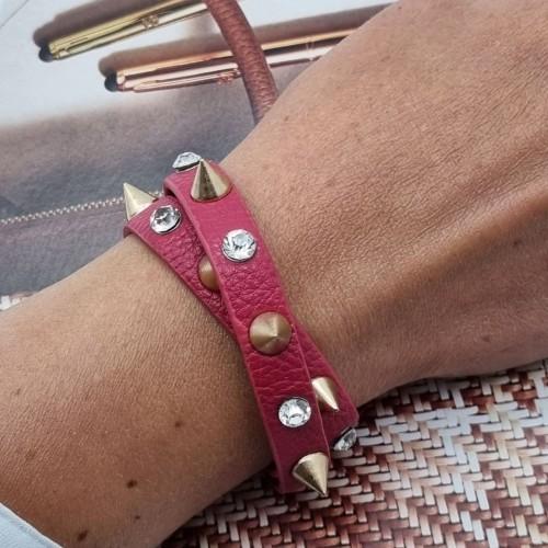 Кожаный браслет с шипами фуксия