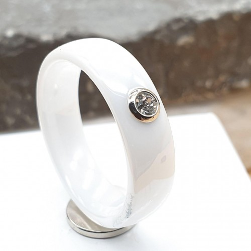 Керамическое кольцо с фианитом белое