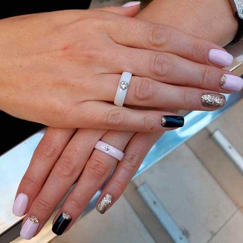 Женское кольцо из белой керамики с цирконием
