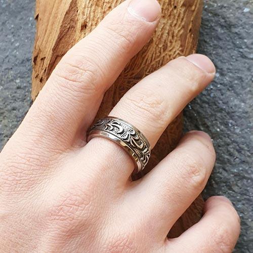 Байкерское кольцо антистресс из медицинской стали с оборачивающимся элементом Сешат