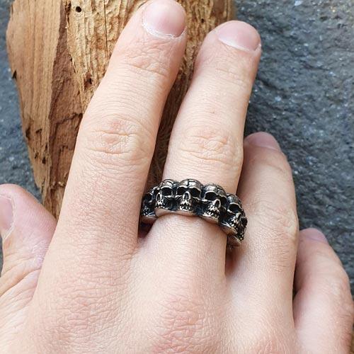 Готическое кольцо с черепами из черненой медицинской стали