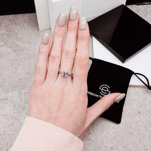 Женское стальное кольцо с квадратным сиреневым фианитом
