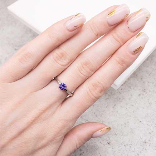 Кольцо из медицинской стали женское с фиолетовым цирконием 2 мм