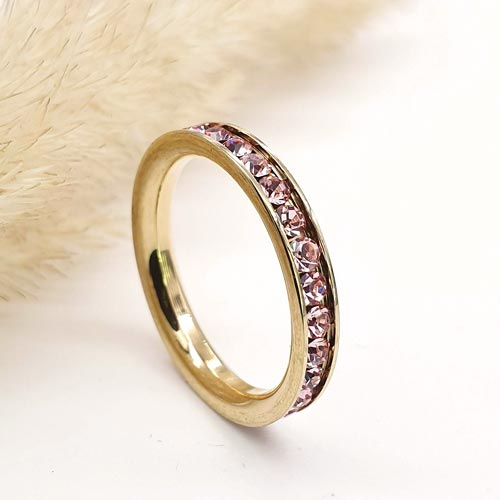 Женское кольцо с розовыми кристаллами циркония и PVD покрытием под золото