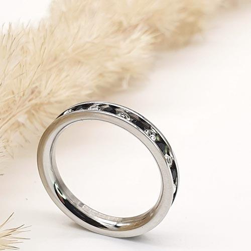 Женское тонкое кольцо с черно-белыми циркониями