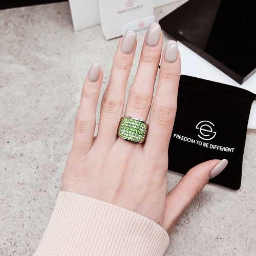 Женское кольцо с кристаллами Swarovski зеленого цвета
