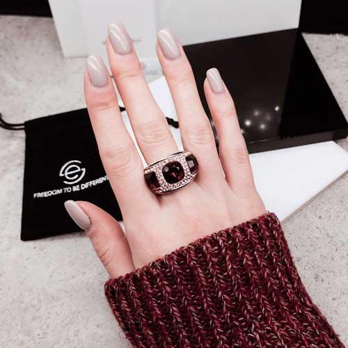 Женское кольцо с темно-красным кристаллом Swarovski