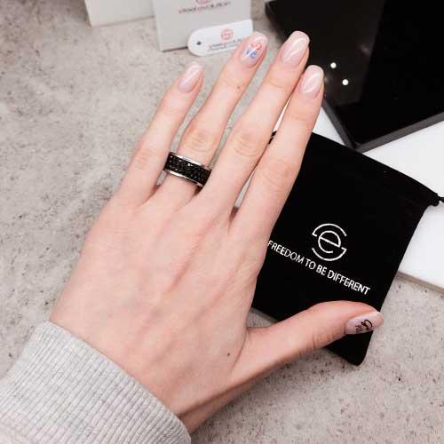 Женское кольцо с черными кристаллами Swarovski