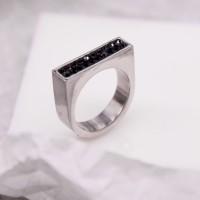 Необычное женское кольцо с кристаллами Swarovski черного цвета