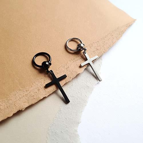 Серьга обманка из черной стали в ухо с подвеской крестом унисекс (1 шт.)