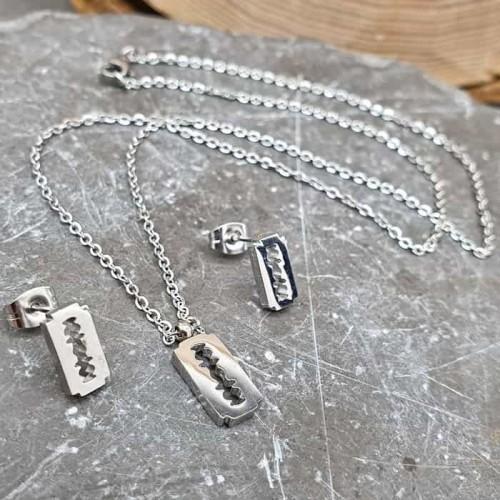 Гарнитур украшений в форме лезвий из медицинской стали (подвеска и сережки)