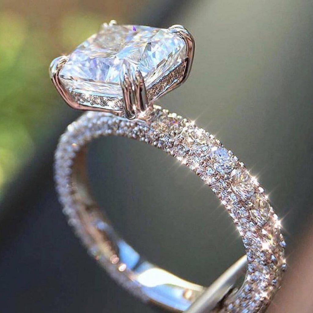 Стальное помолвочное кольцо с квадратным камнем