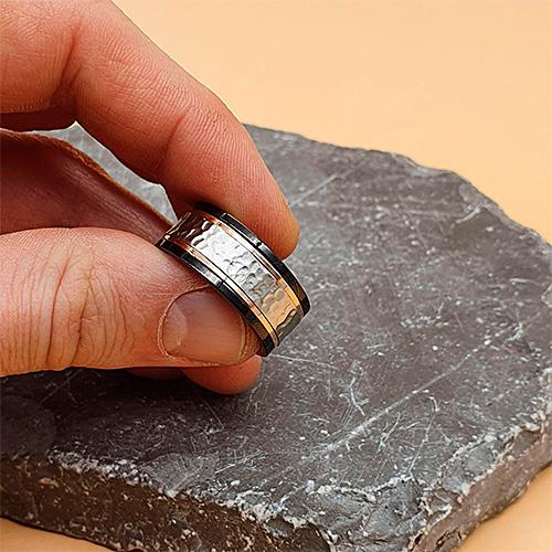 Трехцветное, стальное кольцо с вращающейся средней частью